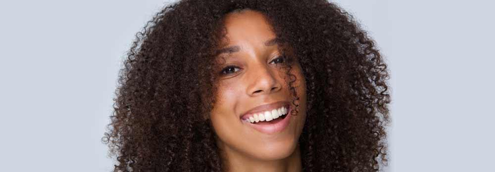 Cheveux bouclés d'une belle femme métisse