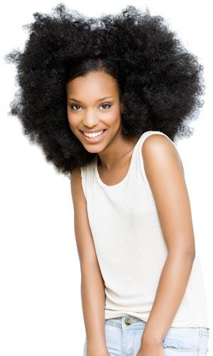 Huile ricin utilisée par une femme aux cheveux crépus