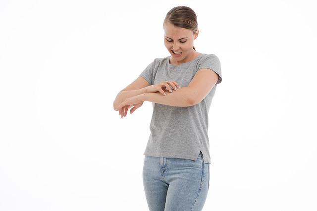 Bouton de moustique qui gratte sur le bras